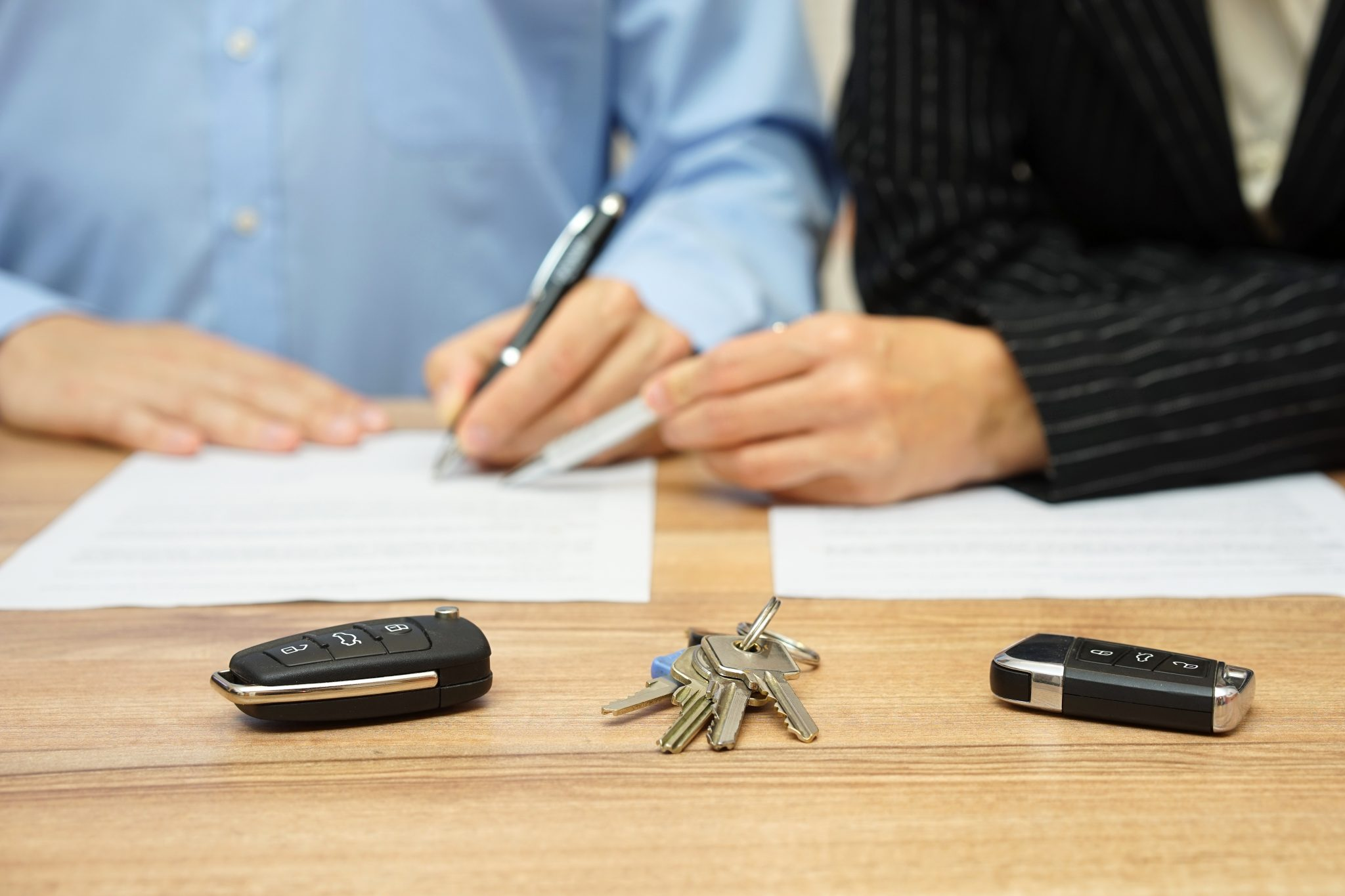 Husband and wife are signing divorce settlement, focus on keys